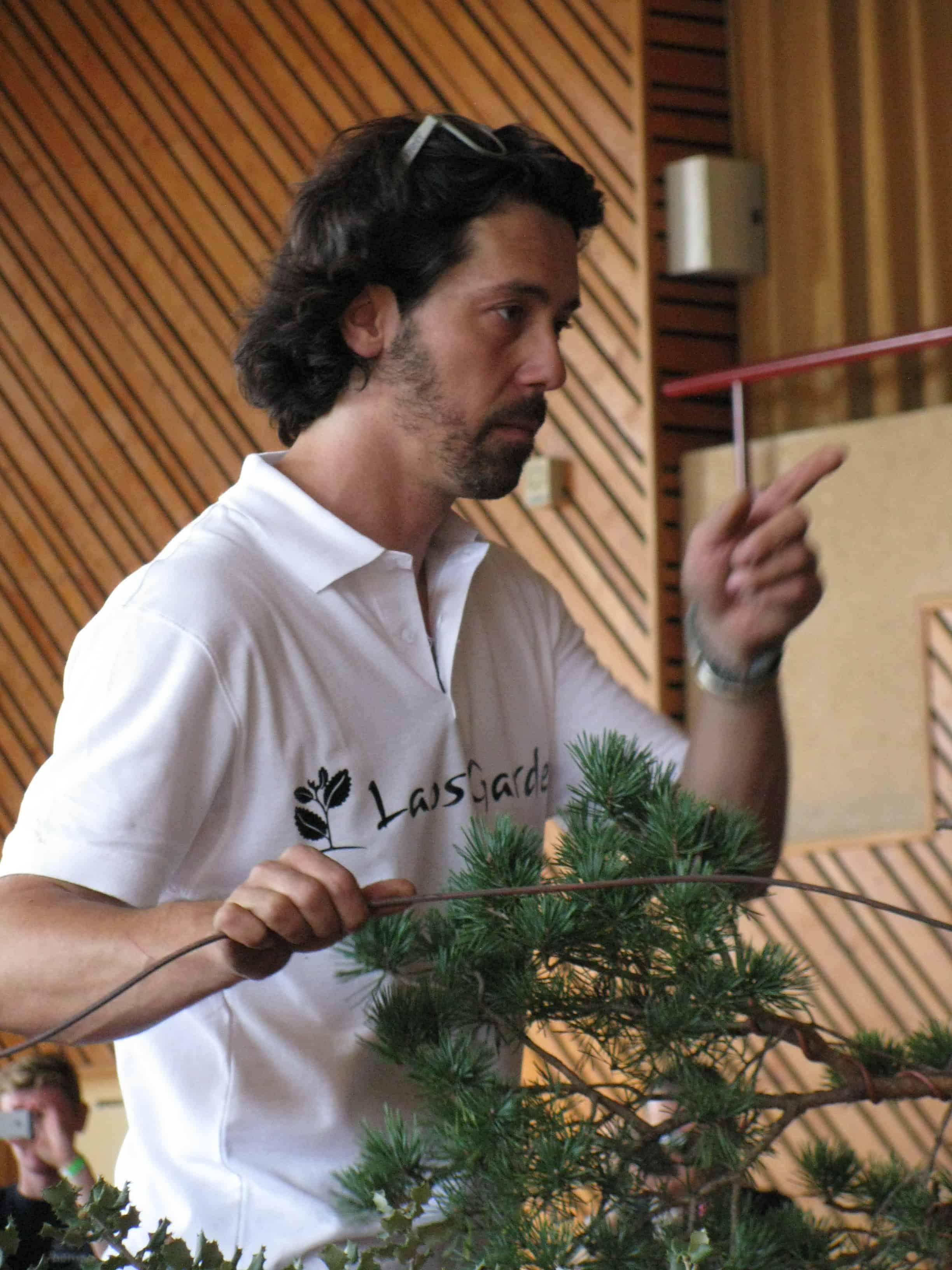 Marco Invernezzi pose un fil et répond à la question d'un spectateur : la classe !